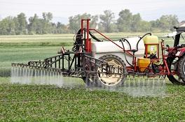 Gift auf Feld ausbringen
